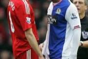El Hadji Diouf vs steven gerrard ! Le début des prolongations: les avocats de Gerrard contrôlent la balle .